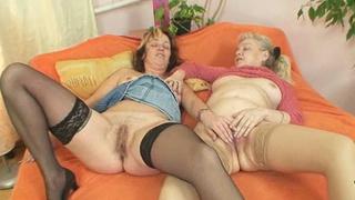 Elder amateur moms using double sided dildo